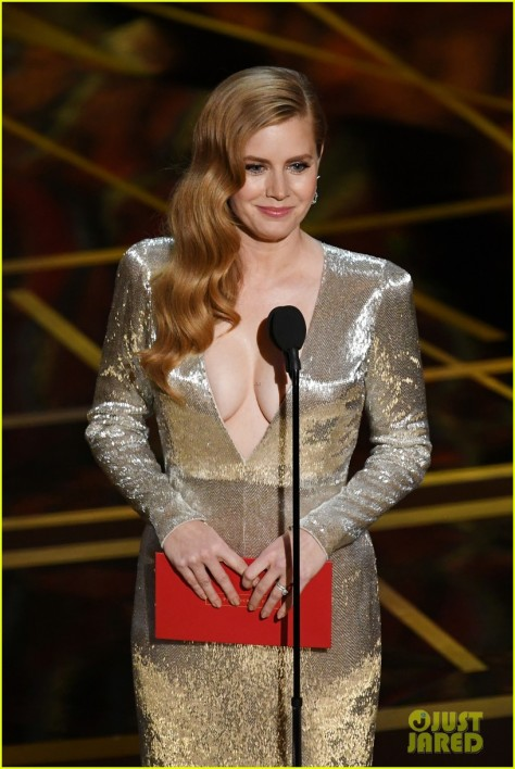 amy-adams-shows-some-cleavage-presenting-at-oscars-04