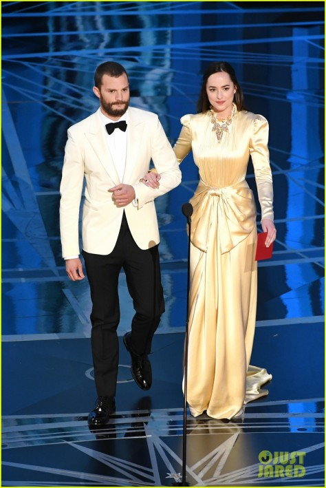 jamie-dornan-dakota-johnson-present-together-oscars-2017-14